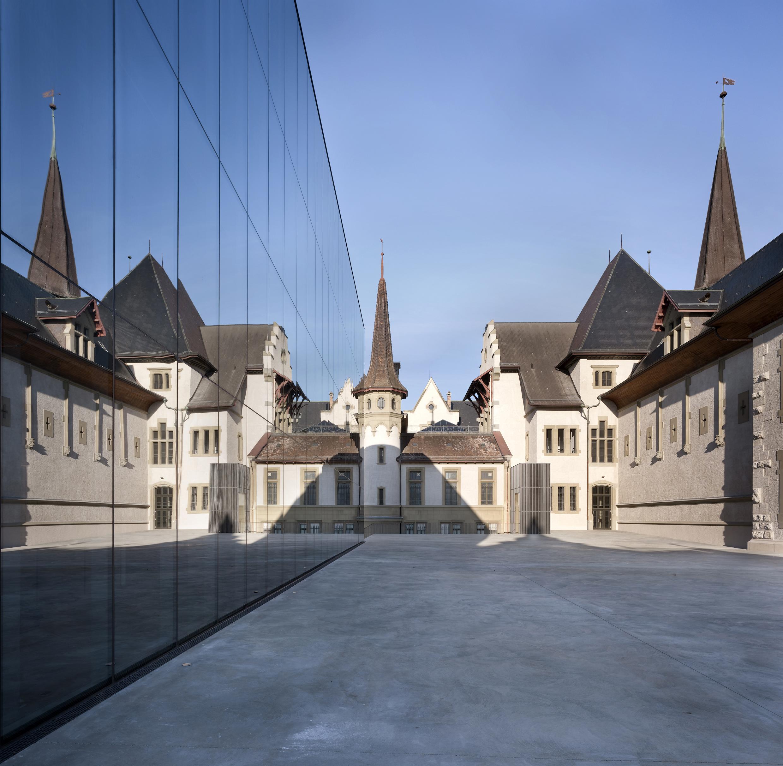 Das Altehrwürdige Hauptgebäude Und Der Moderne Anbau Stehen In Einem Ebenso  Spannungsreichen Wie Harmonischen Verhältnis Zueinander.